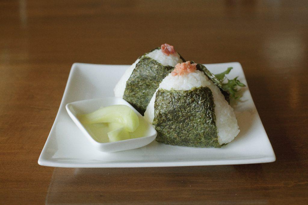 純粋に米のおいしさを味わいたいなら「善生米おむすび」を。2個セット、漬物付きで300円(税込)