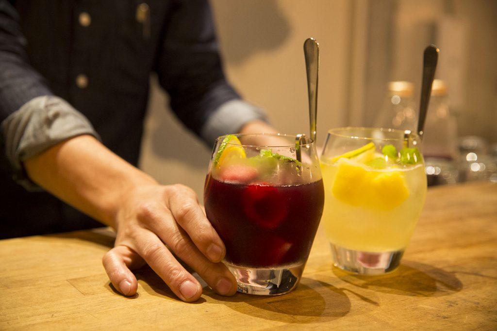 2杯目はお店イチオシ、人気の自家製サングリア各680円を。