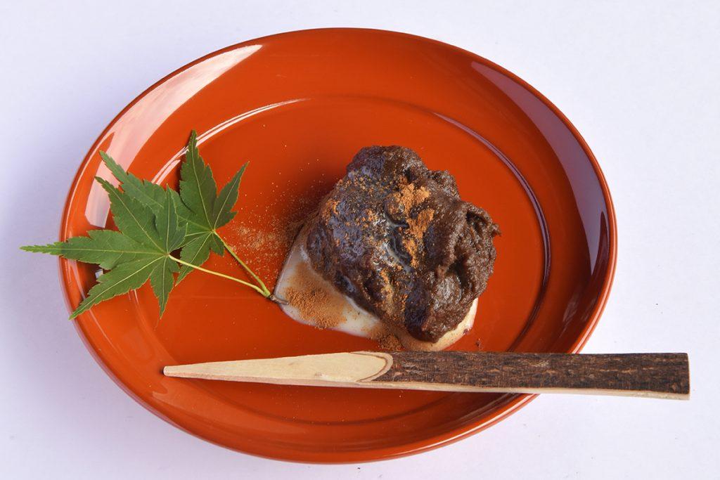 メニューは、地元の大麦を使った「麦焦がしのおねりとお茶のセット」500円(税込)など。