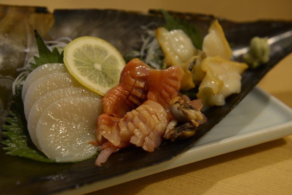 平貝、赤貝、えぞぼらの刺身三点盛合せ2,100円。ネタはその日の仕入れ状況によって変更される。