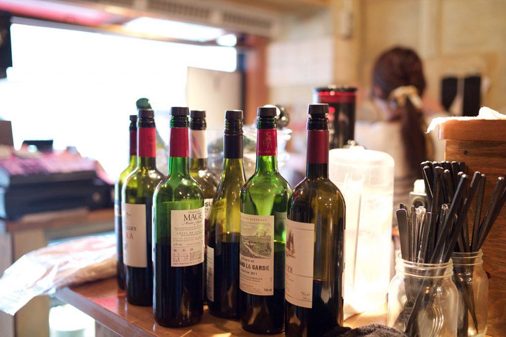 夕方まではグラスワインが500円という驚きのコスパで提供している。(各税込)