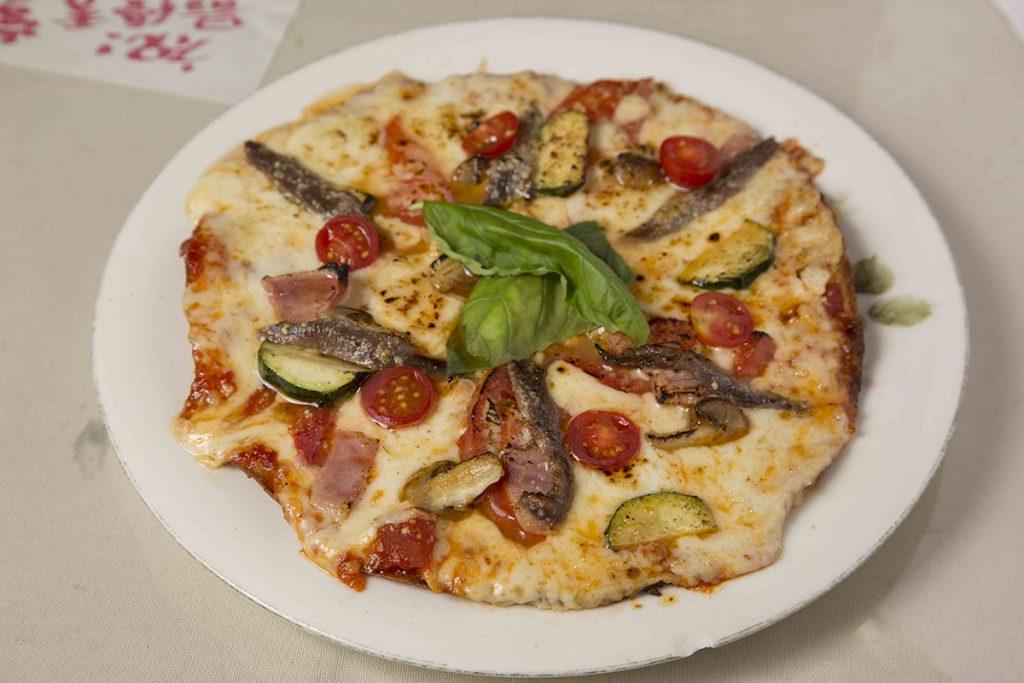 アンチョビとトマトのピザ1,350円