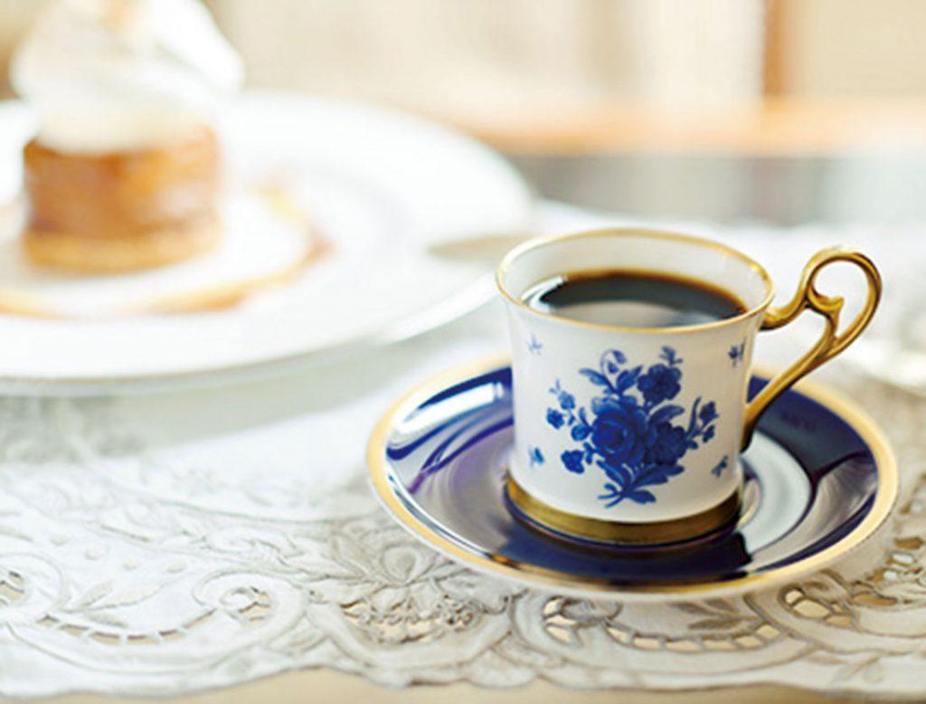 水出しの「ストロングコーヒー」700 円、新作ケーキ「タルトタタン」1,000円(各サ別)