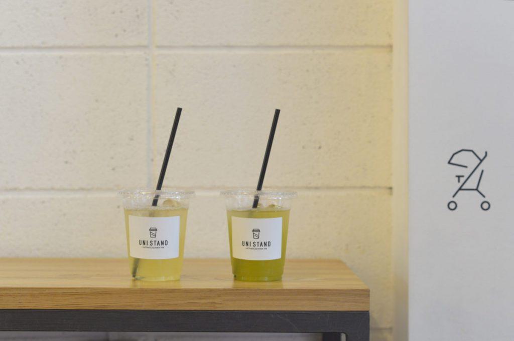 右・ブレンド茶「猿島」は渋味や甘味のバランスが絶妙。左・単一品種の「はるみどり」はフローラルな香り。各M 550円。