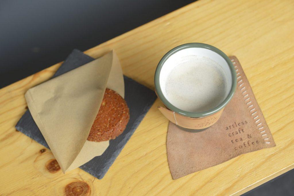 「焙じ茶ミルク」600円。サクサクの「トロウマッド クッキー」300円(各税込)
