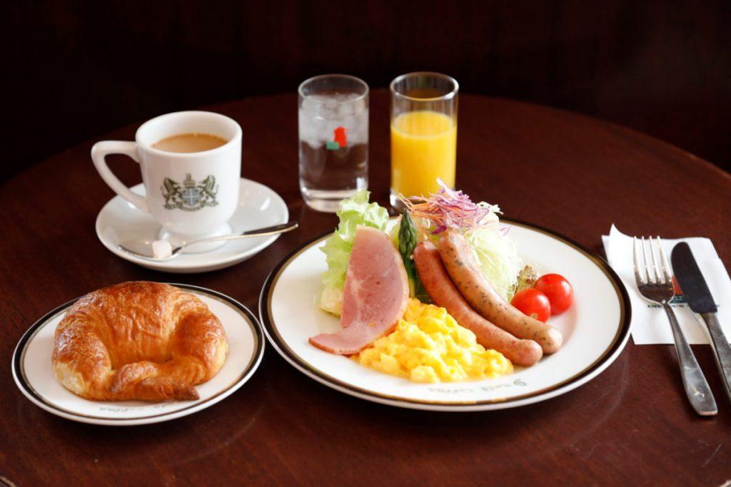 豪華な朝食プレートにクロワッサンとドリンクが付いた「京のブランチセット」1,600円