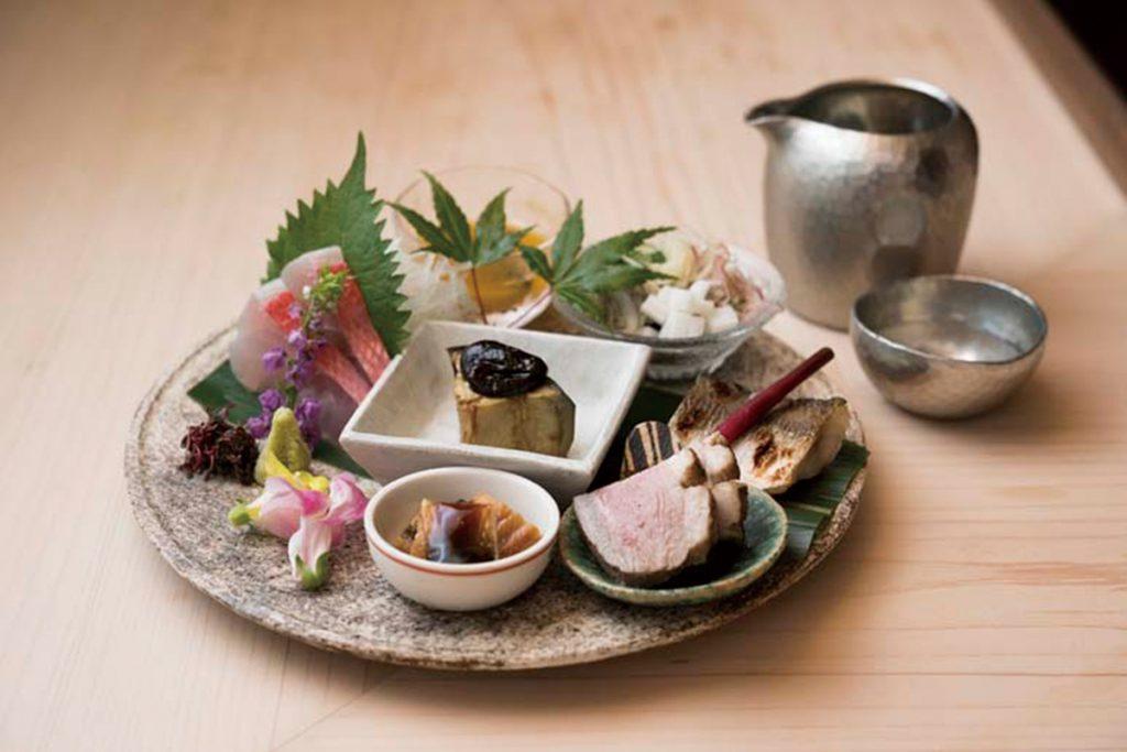 全6品を盛り合わせた、同コースの前菜。コースは3種類13,000円~。日本酒1合1,000円~。