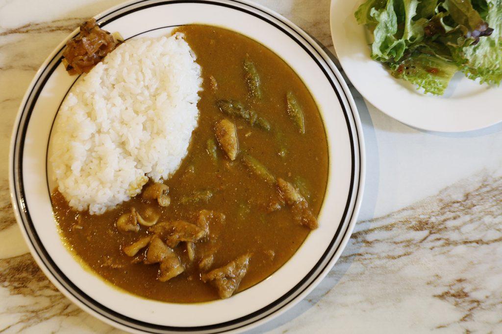 自家製カレーも名作。サラダ付き900円