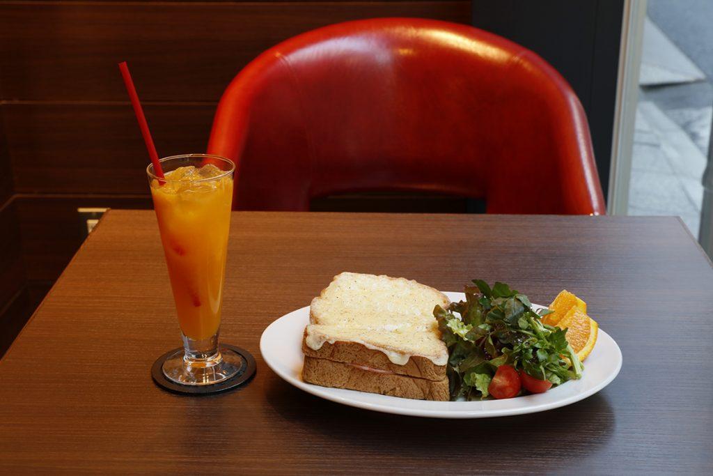 ハムチーズトースト&生絞りオレンジジュースも人気のメニュー。セット1,600円。