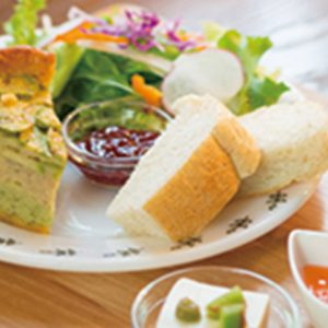 湘南の人気スポット【江ノ島】散策で、ほっと一息つきたいカフェ2軒