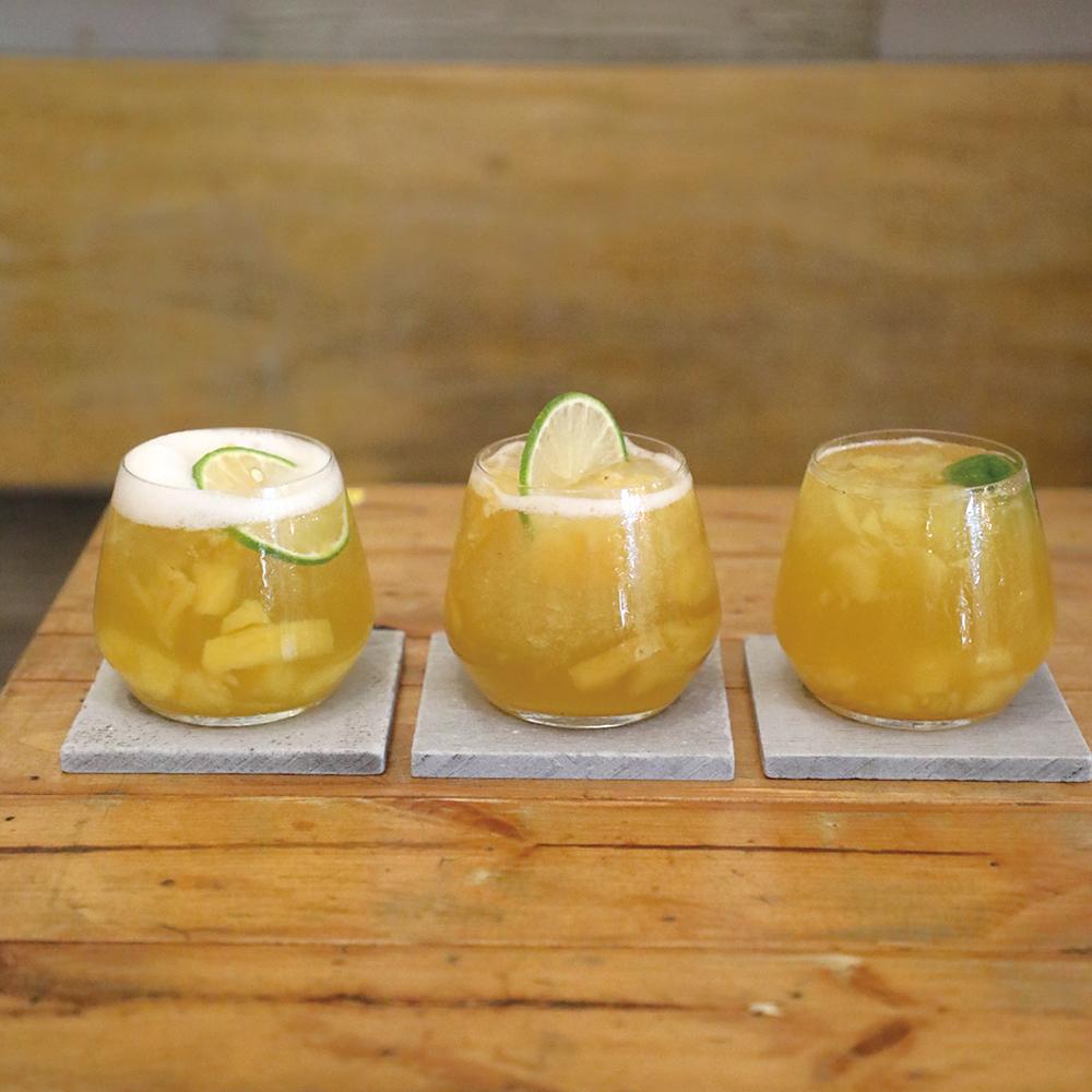 フルーツドリンク3種。右からキンカン茶、パイナップル茶、パイナップル湯、各45元