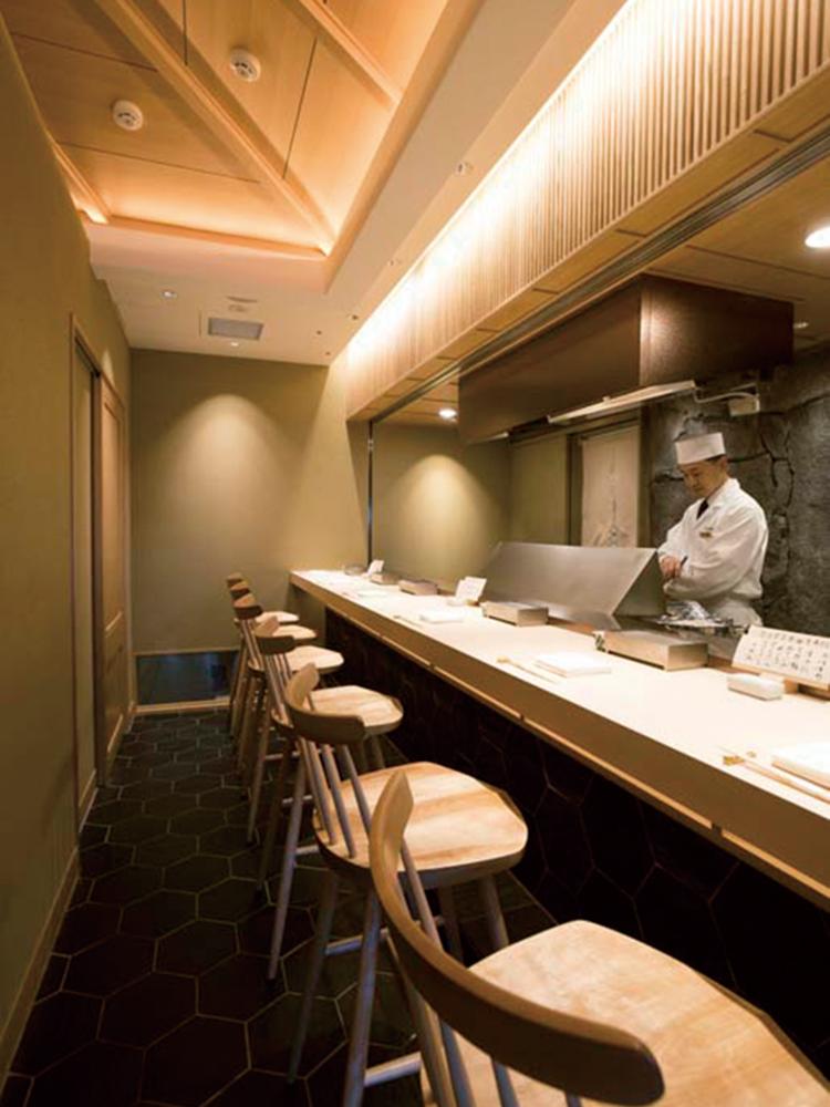 カウンター個室では、目の前で天ぷらを揚げてくれる。
