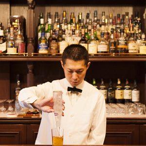 休日デートにおすすめ!古き良き浅草のバーに、お酒と共にゆったりくつろげる時間が流れている。