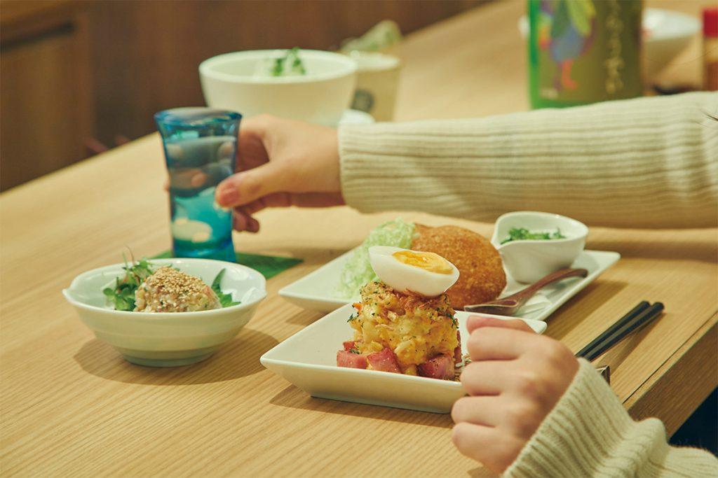 燻製ポテトサラダ580円。牛モツの味噌煮込み480円。ラムメンチカツ パクチーヨーグルトソース680円
