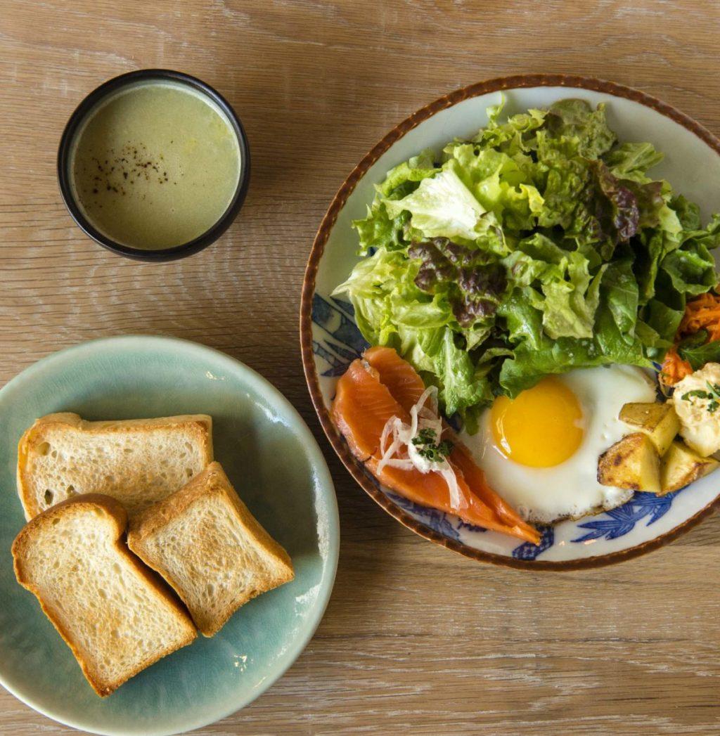 3種のパンが付く朝のセット、〈365日〉のパン、ごはん各1,050円