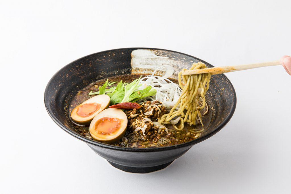 「紅 黒胡麻担々麺(香味たまごのせ)」940円(税込)