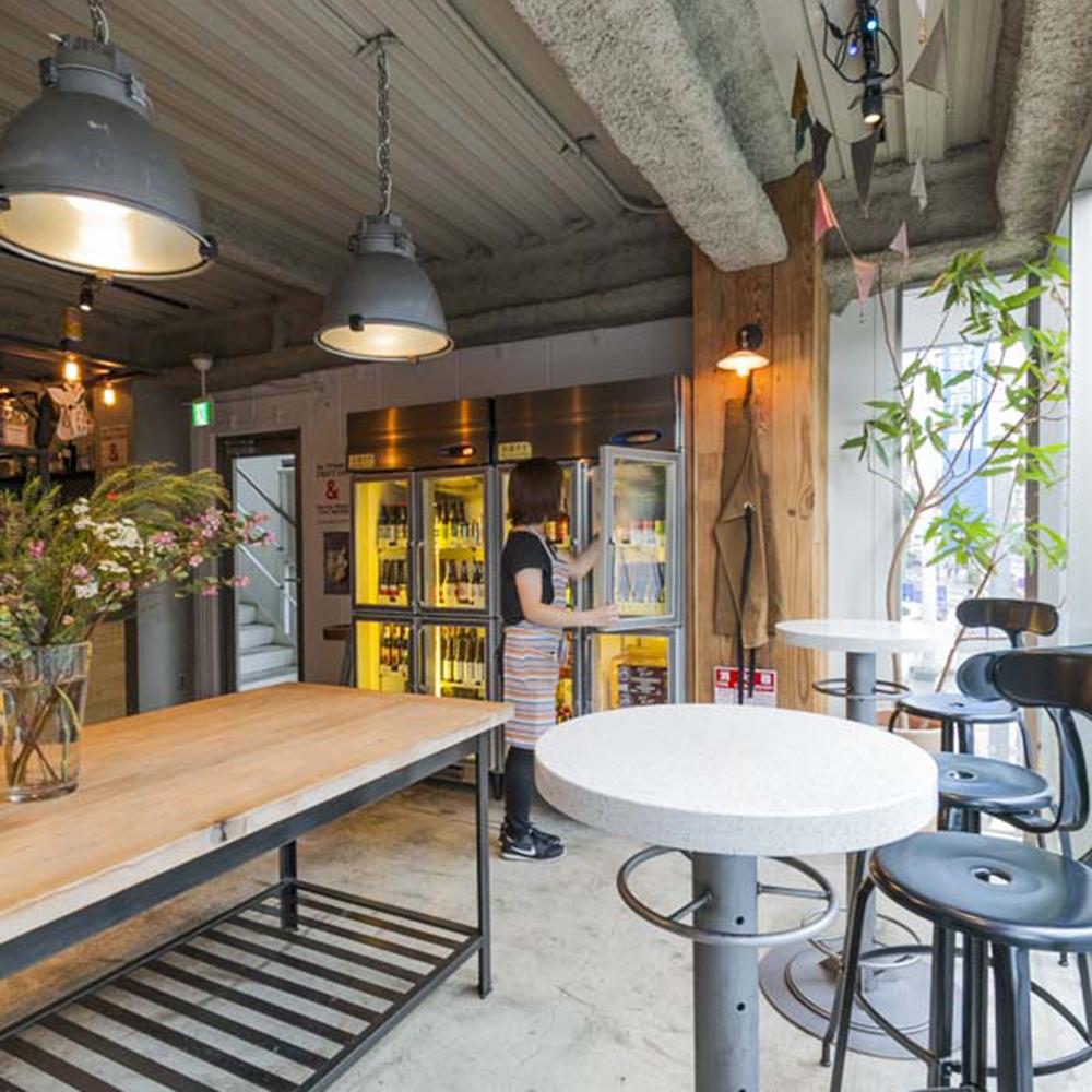 昼から飲める貴重な存在である2階の角打ちスタイルのビアバーと、3階のダイニングで構成された店内。