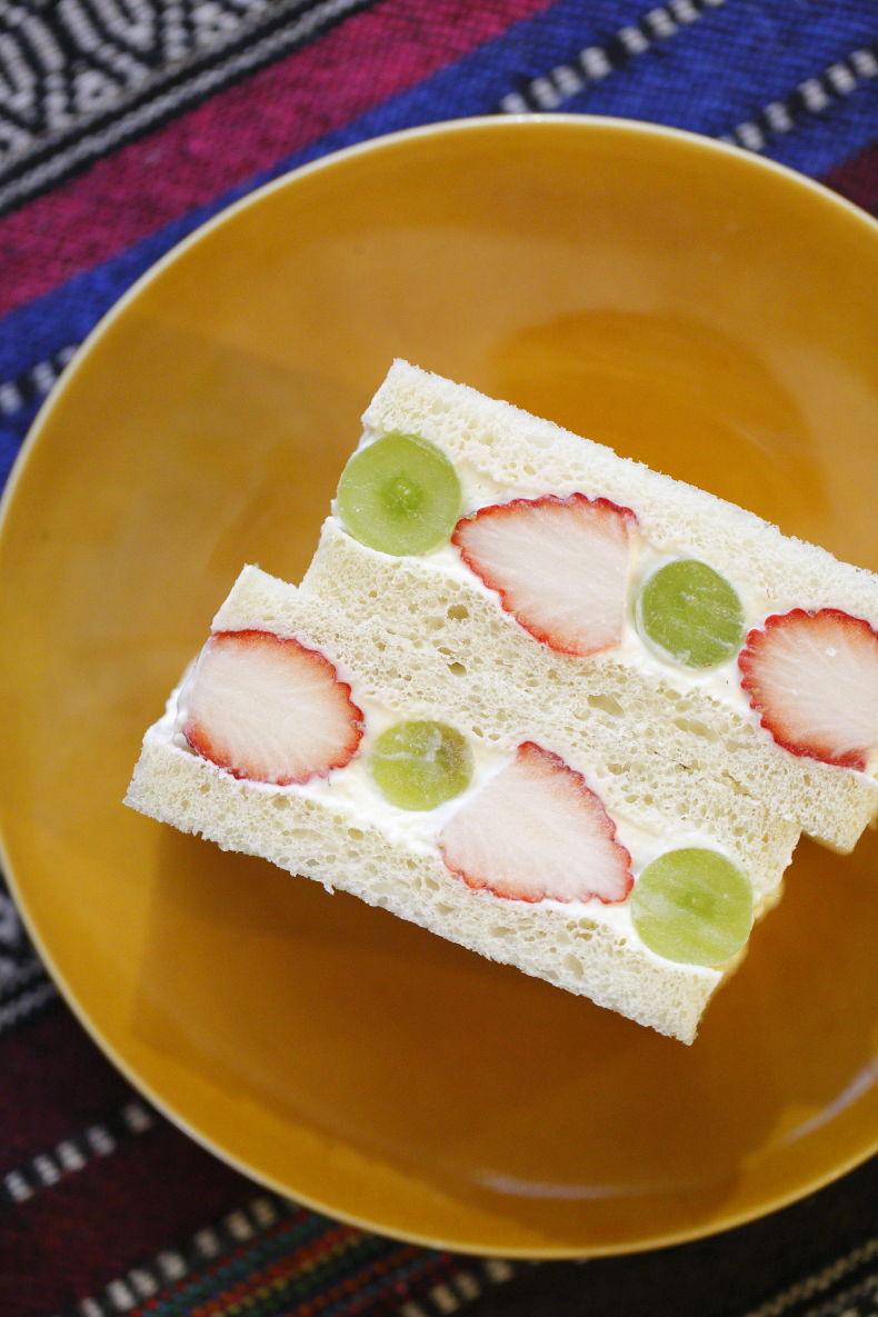 ベーカリーカフェならではの自家製パンを使った「フルーツサンド」700円、ハーフ350円(税込)