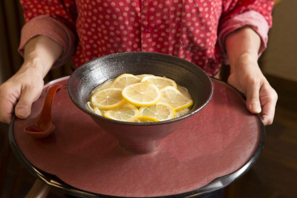 スープとレモンの相性のよさに驚く「檸檬ラーメン」880円