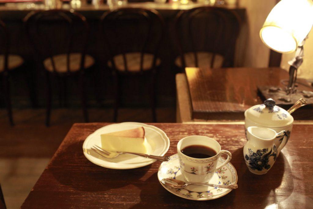 〈コクテール堂〉の「ブレンドコーヒー」600円と、ほどよい酸味の「チーズケーキ」500円。