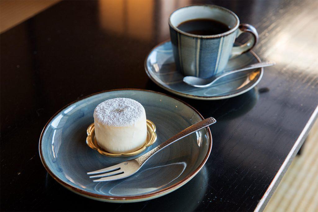 ゆず風味が効いたチーズケーキしらたえ360円、ブレンドコーヒー450円(各税込)