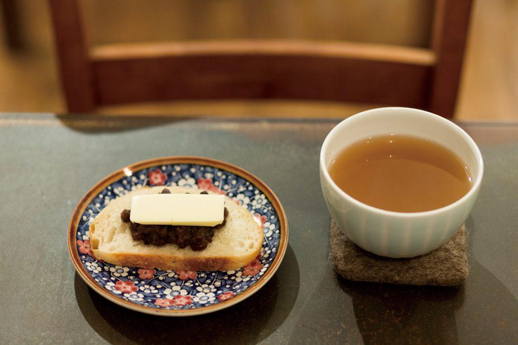 「あずき茶&あんバタートースト」500円。きび糖のまろやかな甘さになごむ自家製あん。