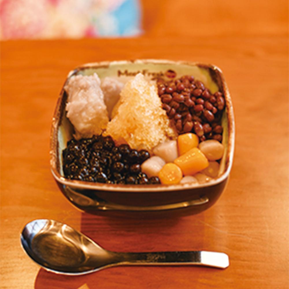 芋園4号(Lサイズ)800円。芋園、小豆、タロイモ、タピオカ、かき氷入り。ホットもある。