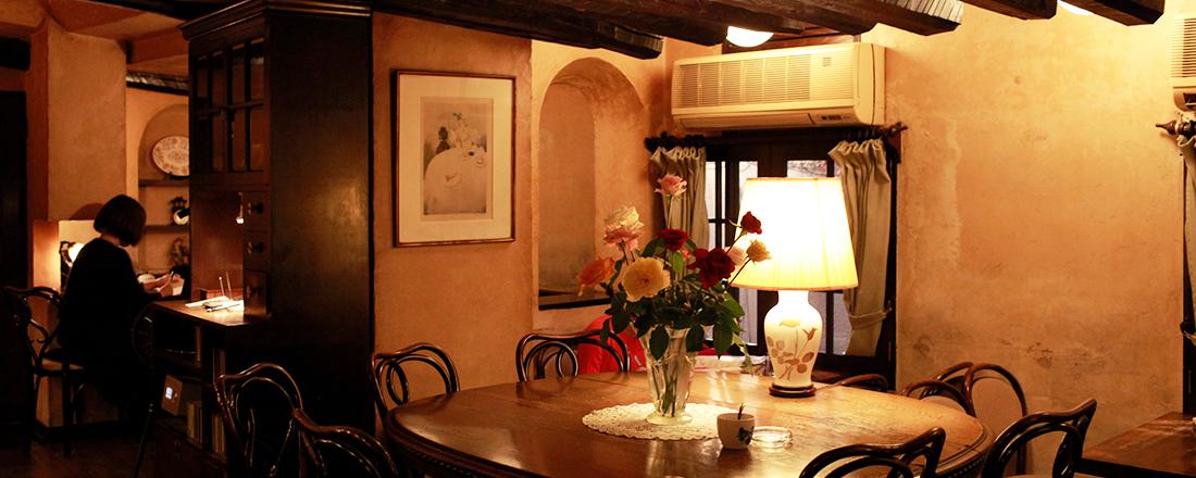 建築デザイナーの美学が詰まった、ゆったり寛げる原宿の名喫茶〈アンセーニュ ダングル〉へ。