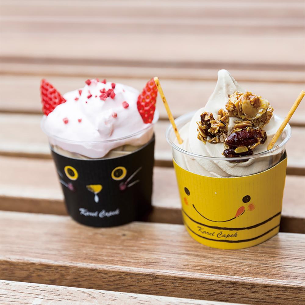 右・別格濃厚ルフナ紅茶ソフトクリーム(450円)左・極ルフナ恋濃いパフェ(680円)春の限定アイテムは、ルフナ紅茶ソフトの上にストロベリーマリネと生クリーム、ドライストロベリーがのっている。
