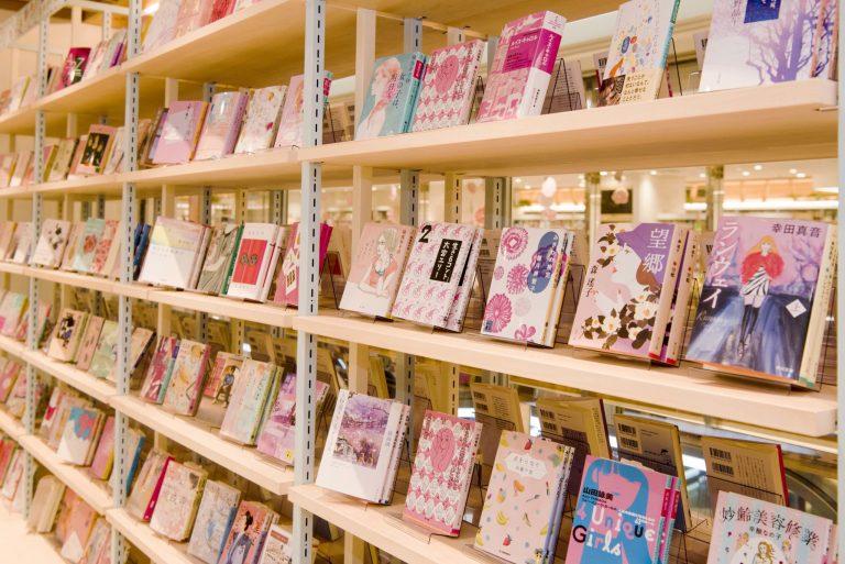 ピンクの装丁を集めた文庫本コーナー。「ジャケ買いもおすすめです」と花田店長。