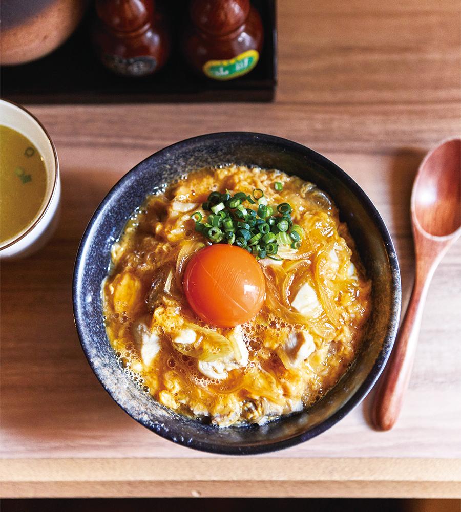 特上親子丼1,460円。ほかに信玄鶏の親子丼1,000円もある(各税込)。どちらも塩味あり。鶏スープが付く。