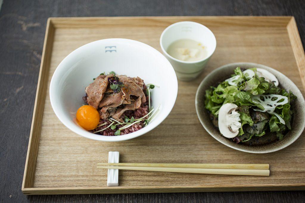 おすすめなのは「牛丼の新しいかたち」1,500円。ランチタイムは季節のサラダと本日のスープが付く。