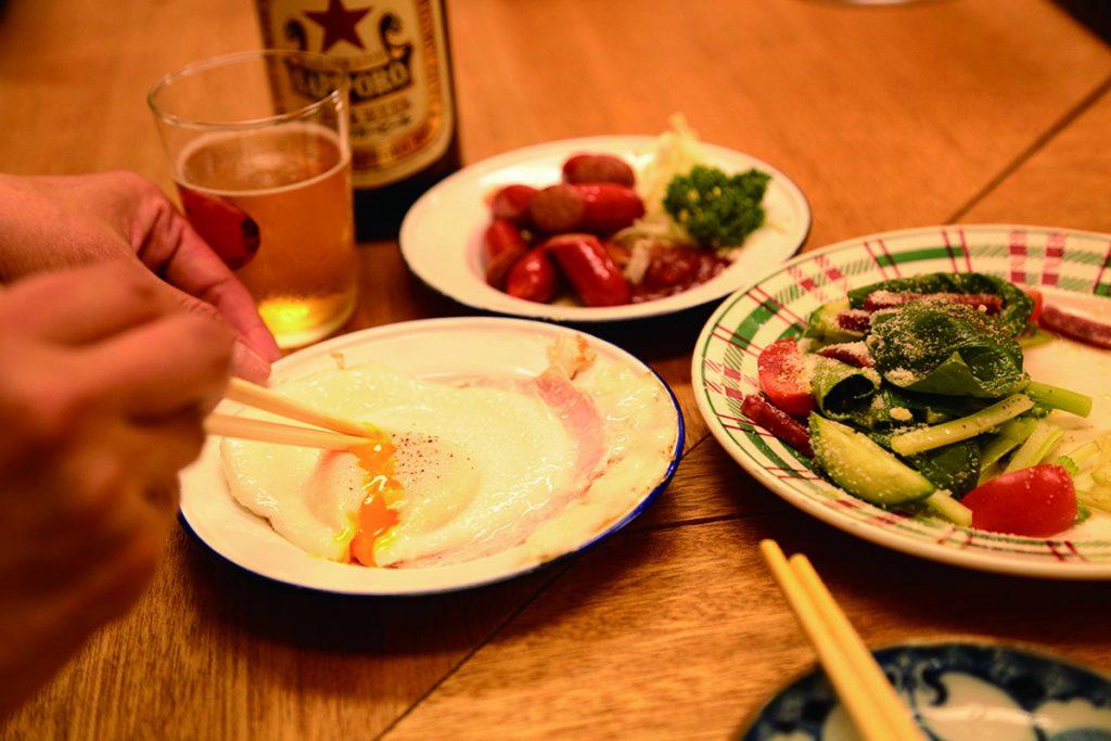 ハムエッグ290円、揚げウインナー290円などなんだか懐かしくなるような家庭料理も充実。