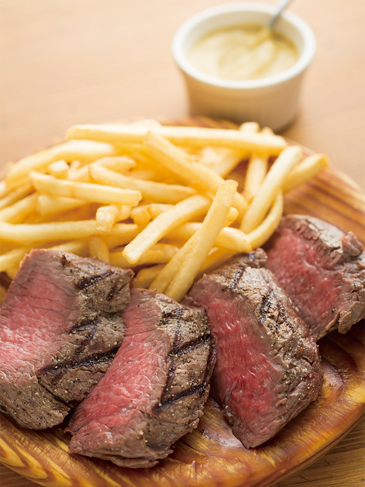「山口県産 無角牛カタサンカクのステーキフリット」きわめて希少な牛のきわめて希少な部位。きめ細かくなめらかで上品な肉質がたまらない。1g 10円で、塊肉のサイズ(写真は200g)で値段が決まる。部位は日替わり。