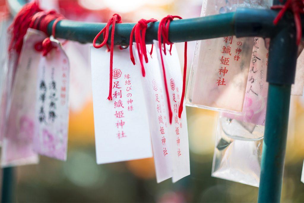 赤い糸(初穂料300円)には、自分と相手の名前を書いて願いを込める。