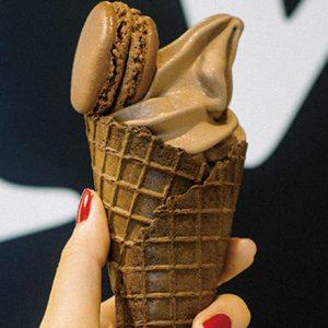 夢のコラボ!マカロンが乗ったアイスデザートがフォトジェニックで美味しい!