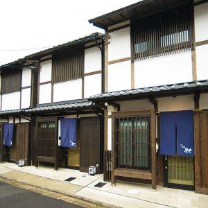 白壁の町家4棟がずらりと並んで立つ、威風堂々として美しい外観。内部の間取り、設備はすべて共通。