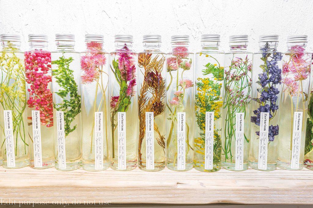 液体の中で浮遊する花が印象的なガラスボトル。枯れる心配がなく、美しい状態を長い期間、眺められる。1,800円
