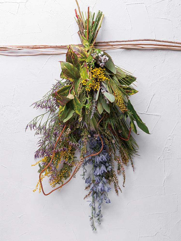 枝物の曲線を生かした野性味あふれるスワッグ。そのまま吊るしておけばきれいなドライフラワーになる。7,000円~