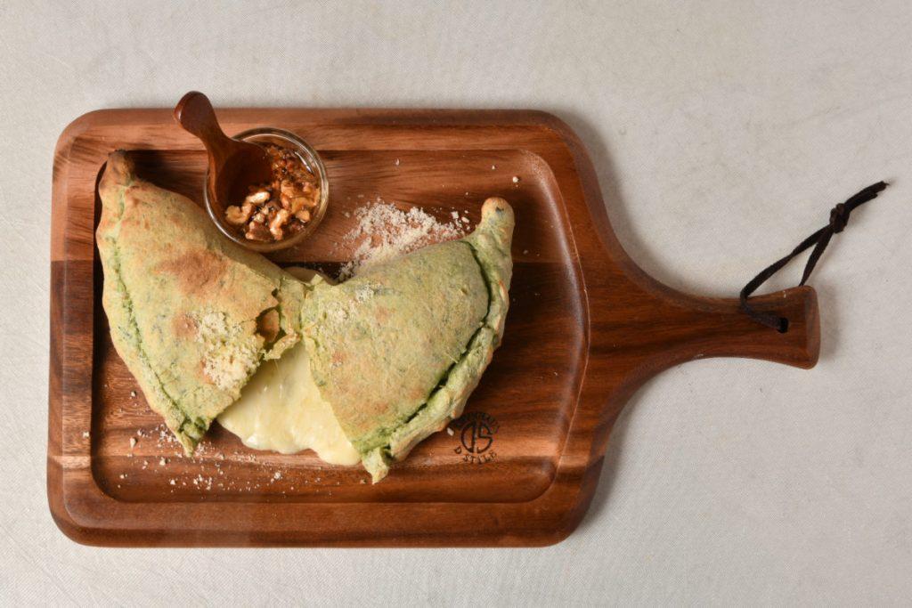 ゴゾチーズ&ナッツハニーカルツォーネ1,100円。焼きたての生地にナッツハニーをかけて食べる。