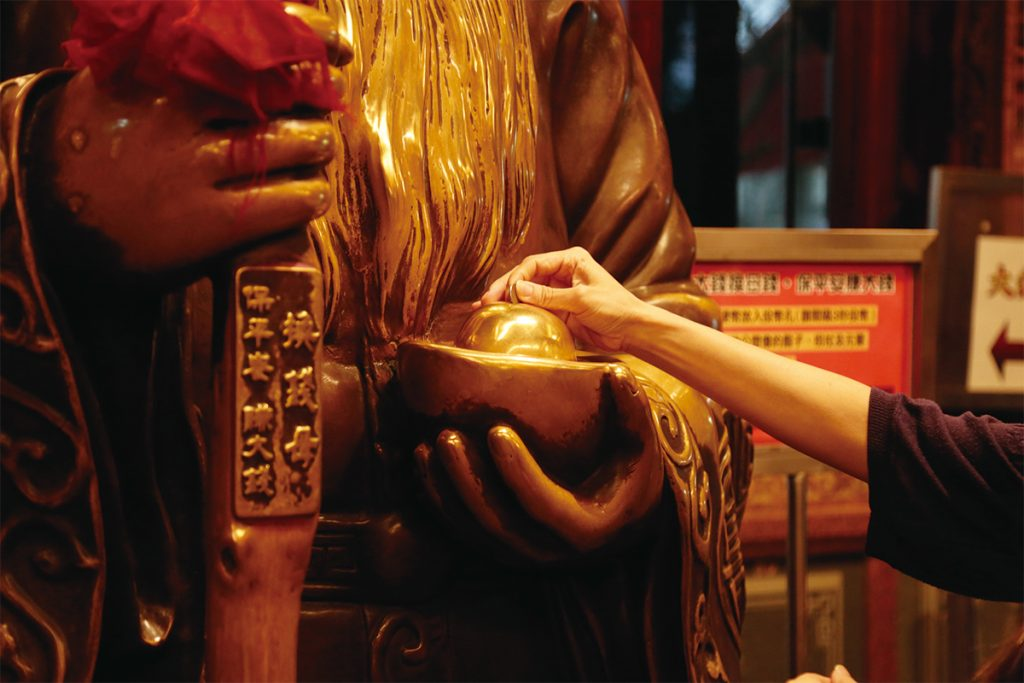髭に触れると幸運と子宝の、手に持つ元宝に触れると金銭の、杖に触れると権力と地位のご利益があるという福徳正神の像も。