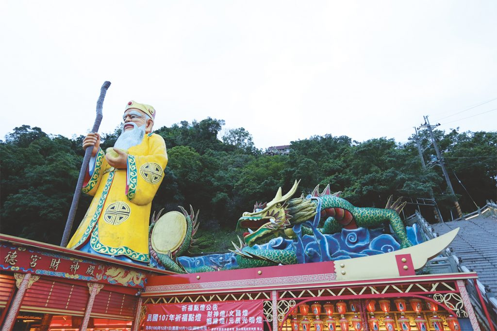 外には100mもの高さの福徳正神が安置されてランドマークとなっている。