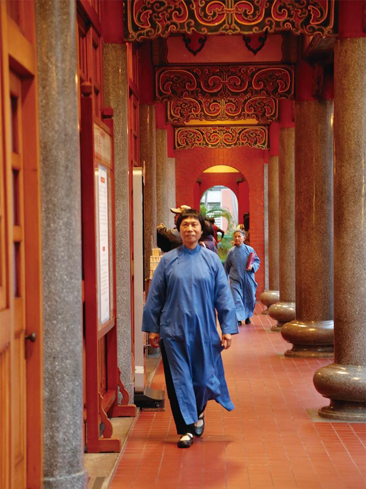収驚を担当するスタッフや効労生が着る青い法衣が可愛らしい。参拝方法はボランティアの方が教えてくれる。