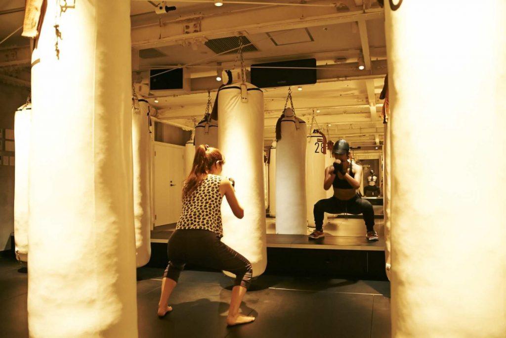 ボクシングの動きの合間に腕立てやスクワットなどの筋トレが組み込まれている。