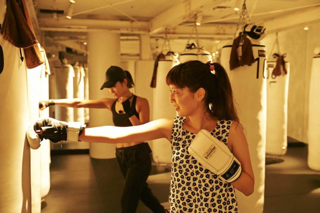 基本のクロスを練習。拳の当て方や腕の伸ばし方など、細かく教えてくれる。