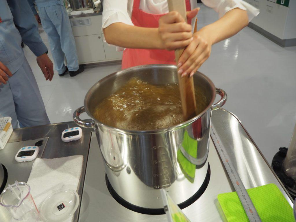 再び工房へ。糖度を調整し、鍋の中を力強くかきまぜて、上澄み部分の麦汁を発酵タンクへ入れ終了。