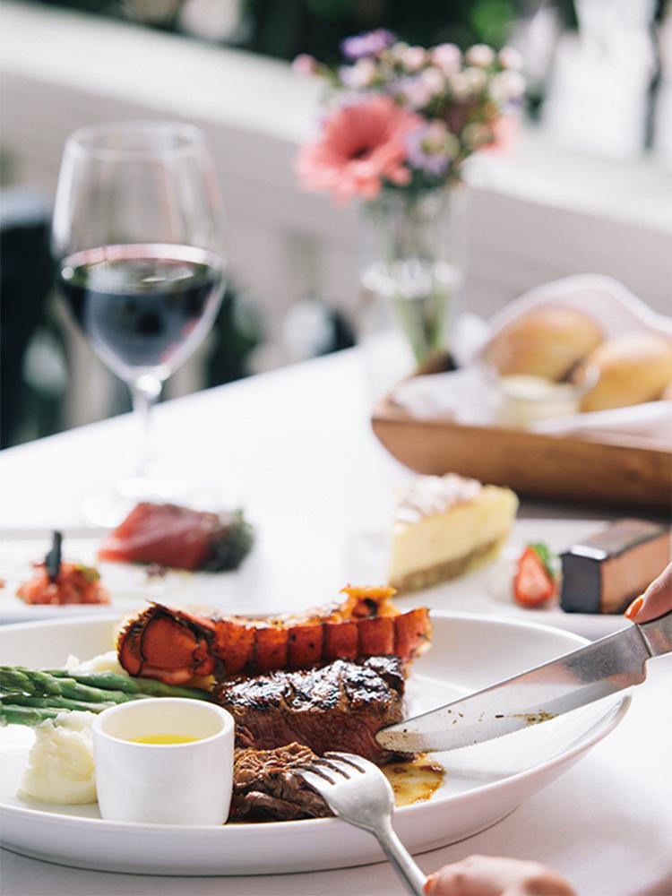 レストラン〈ビーチハウス・アット・ザ・モアナ〉でいただく、素材の味を生かした料理。