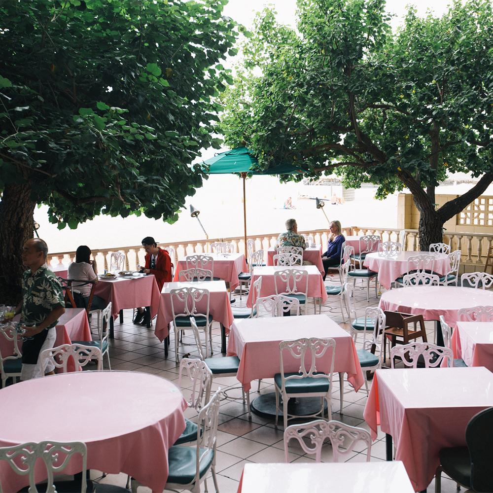目の前にプライベート感漂うビーチが広がる、絶景ロケーション!文豪ロバート・ルイス・スティーブンソンにも愛された場所にあるレストランだ。