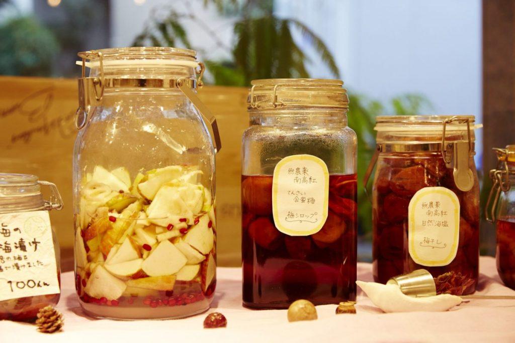 自家製の無農薬、無添加の梅干しも一粒から購入可能。店内で販売する調味料は、昔ながらの丁寧な作りの商品をそろえる。