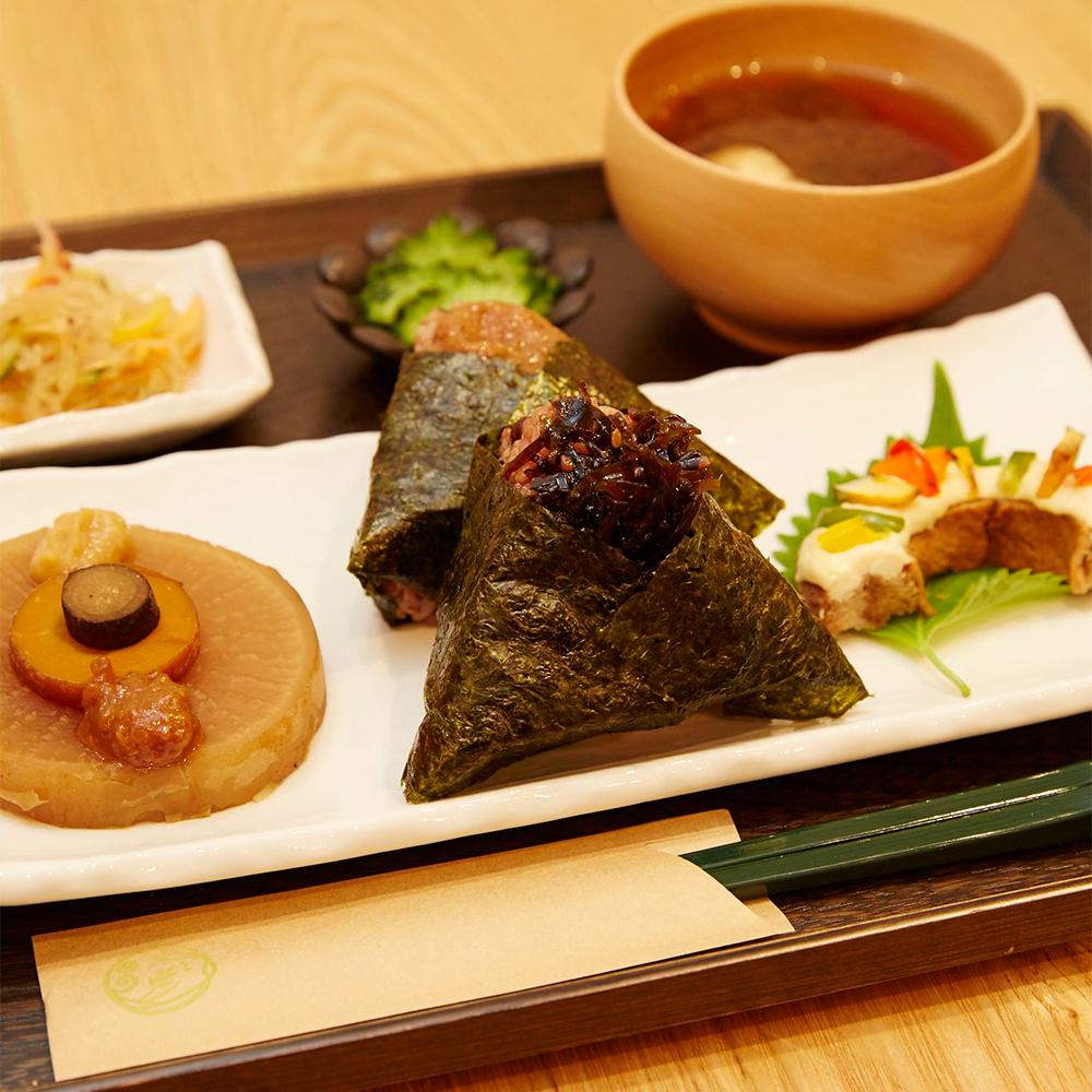 酵素玄米おにぎりと副菜、味噌汁のセット「一汁三菜膳」900円。